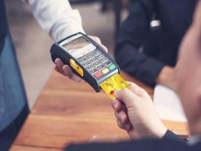 Rút tiền thẻ tín dụng qua máy POS liệu có nên hay không?